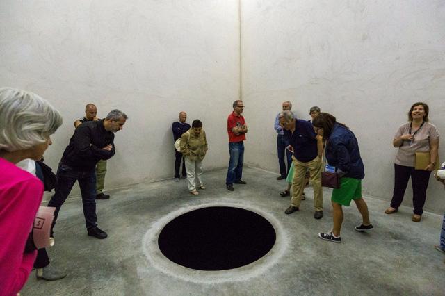 Người đàn ông rơi xuống một hố đen sâu tới 2,5 mét có tên Descent Into Limbo (1992) mô tả hình ảnh một khoảng trống vô tận.