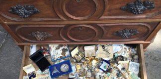 Mua tủ cũ rẻ phát hiện kho báu bên trong