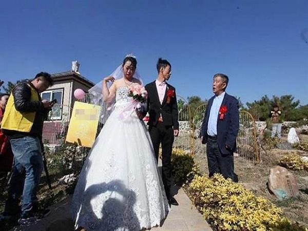 tổ chức đám cưới trong nghĩa trang