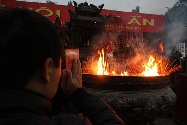 Điềm báo khi bát hương bốc cháy