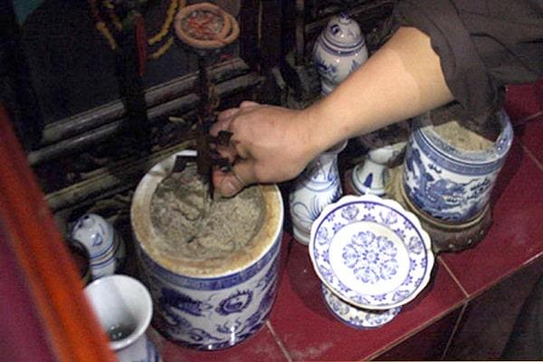 Hiện tượng bát hương hóa âm là điềm báo gì?
